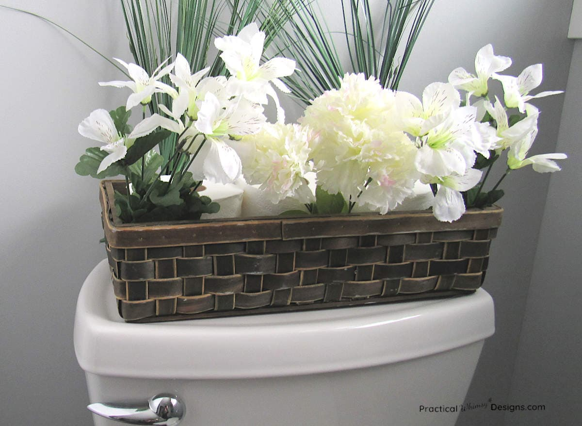 Small bathroom organization hacks: toilet paper as part of the decoration