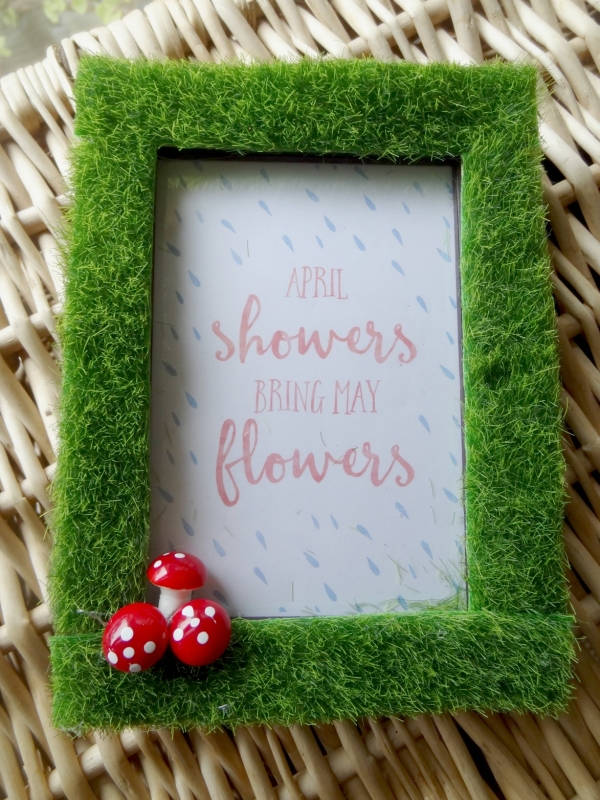 Spring picture frame with moss